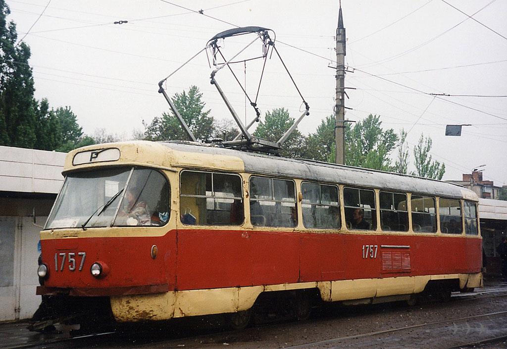 "Tatra-T3SU #1757 8-го маршрута на улице Академика Павлова возле остановки  ""15-я больница "" ."