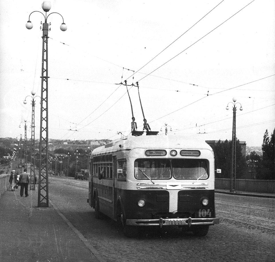 """В послевоенные времена проезд в троллейбусе стоил 25 копеек (маршруты  """"Вокзал - Центр """",  """"Центр - Горпарк """") и."""